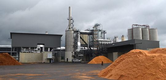 L'usine Brenil Pellets avec sa chaufferie à gauche et son électrofiltre en voie humide au centre sous la cheminée, photo Frédéric Douard