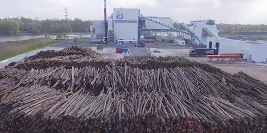La centrale biomasse de l'Esplanade derrière son parc à bois, photo és