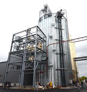 Le silo à granulés PHENIX ROUSIES et le poste de chargement des calions pour le granulé en vrac en cour d'installation par Joly & Philippe, photo Frédéric Douard