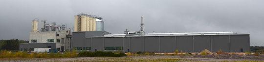 Vue de l'arrière de l'usine Brenil Pellets avec sur la droite le hall de stockage des produits palettisés, photo Frédéric Douard