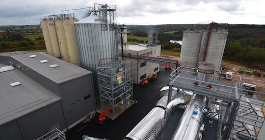 Vue sur les silos de Brenil Pellets et sur le hall de production au fond depuis la cheminée au dessus de l'électrofiltre, photo Frédéric Douard