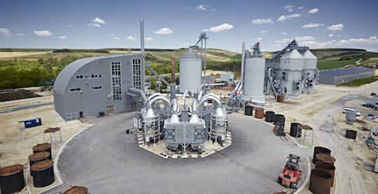 L'usine Carbonex avec à gauche la centrale de cogénération, devant les fours de pyrolyse et derrière les silos sécheurs de bois, photo Carbonex