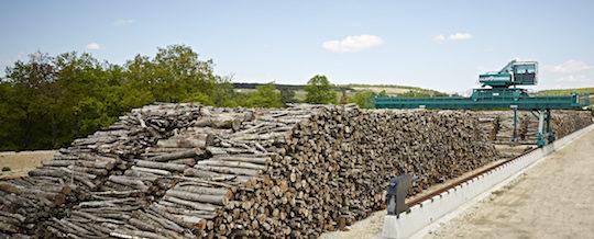 Le parc à bois de carbonisation avec son chariot de manutention, photo Carbonex
