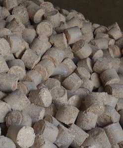 Les briquettes dans le silo de la chaudière Hargassner, photo Frédéric Douard