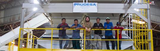 Partie du personnel de l'usine GPS en compagnie d'un encadrant Prodesa sur la chaudière de l'usine, photo Prodesa