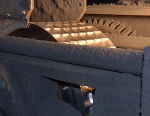Presse à presse à roue tangente dite à boulets pour valoriser les fines de charbon de bois, photo Frédéric Douard