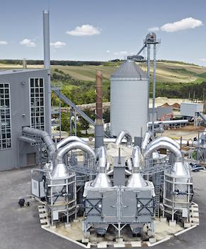 Vue des tubes collecteurs de gaz de bois au dessus des fours de carbonisation, photo Carbonex