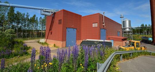L'usine de granulés de Falun, avec à gauche un grand convoyeur aérien à spire qui amène la matière première, photo Frédéric Douard