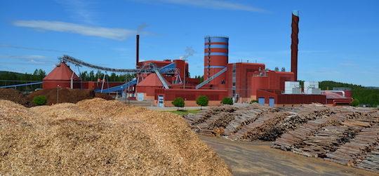 La centrale de Falun avec des deux chaudières, ses deux hangar à granulés et son ballon d'accumulation d'eau, photo Frédéric Douard