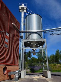 Le silo intermédiaire à la sortie de l'usine de granulés de Falun, photo Frédéric Douard