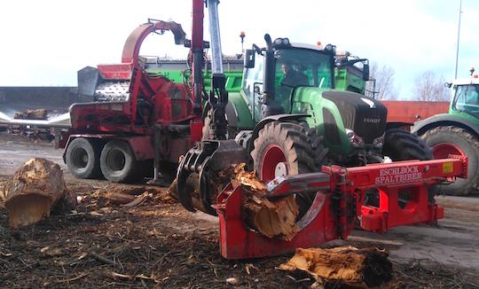 Le Spaltbiber pour réduire les gros bois, atelé sur le trois-points avant du tracteur, photo Agribois