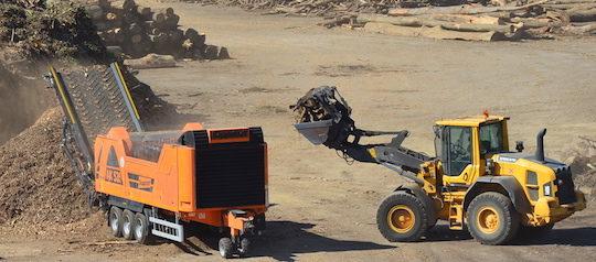 Les déchets courts de la plateforme sont passés au broyeur mobile, photo Frédéric Douard
