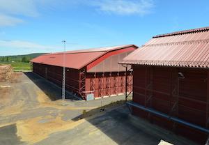 Les deux bâtiment de stockage à plat de granulés à Falun, peints en rouge de Falun, photo Frédéric Douard