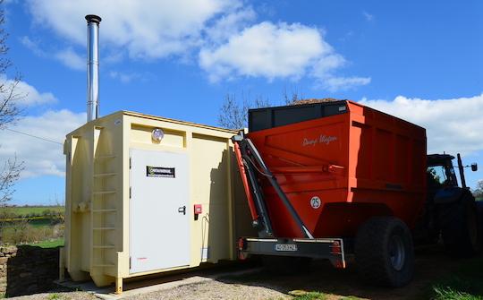 Livraison de la chaufferie Containergie de Mas Marcou à Flavin avec la remorque élévatrice, photo Frédéric Douard