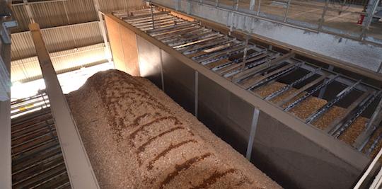 Travées du silo de Kogeban, équipées des herses de manutention VECOPLAN montées sur ponts roulants, photo Frédéric Douard
