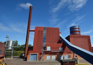 L'une des deux centrales, avec l'usine de granulés à gauche et le ballon d'accumulation à droite, photo Frédéric Douard