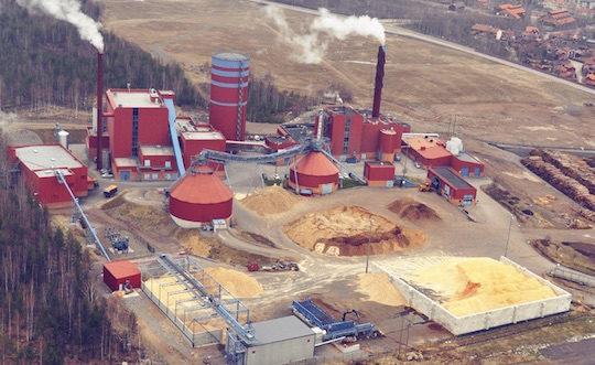 Vue du site de la centrale de Falun avec en bas les silos de matière à granuler avec le poste de broyage du bois rond, photo Falu Energi & Vatten
