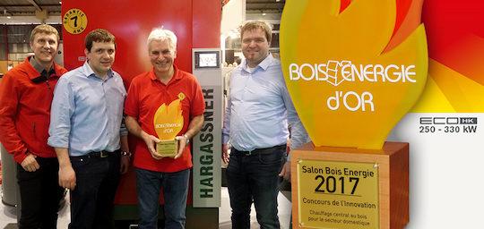 Le Prix Bois Energie d'Or entre les mains de Philippe Gondry, entouré des deux frères Hargassner, Markus et Anton, et de Herbert Schwarz à gauche, responsable export, photo HF