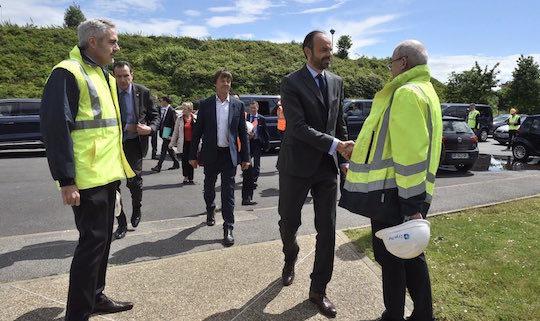 Le Premier ministre Edouard Philippe salue Denis Clodic, Président-Fondateur de Cryo Pur, photo Matignon - Pôle communication, discours, presse du cabinet du Premier ministre