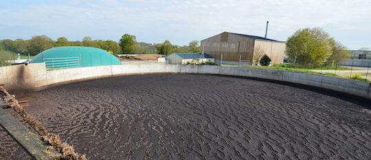 Le site des friches avec au premier plan la fosse principale à lisier, photo Frédéric Douard
