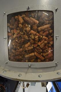 La trémie d'alimentation de la chaudière Compte R. à rafles de maïs, photo Frédéric Douard
