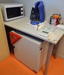 Le micro-laboratoire de la chaufferie de Decize, avec étuve et four à micro-ondes, pour le contrôle de l'humidité du bois, photo Frédéric Douard
