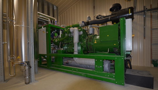 Le moteur de cogénération 2G ENERGY et l'échangeur sur échappement à gauche chez les Energiculeurs de l'Oust, photo Frédéric Douard