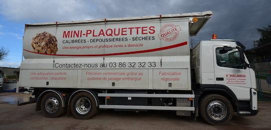 Le nouveau camion souffleur de plaquettes Transmanut avec option de déchargement gravitaire par l'arrière avec tapis roulant intégré, photo Frédéric Douard