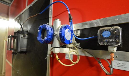 Les apports d'air de combustion de la chaudière WEISS sont gérés par des transmetteurs de pression électroniques FUJI ELECTRIC, photo Frédéric Douard