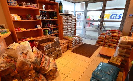 Les rayons bois-énergie de la boutique de la station-service Guillemeau à Avallon, photo Frédéric Douard