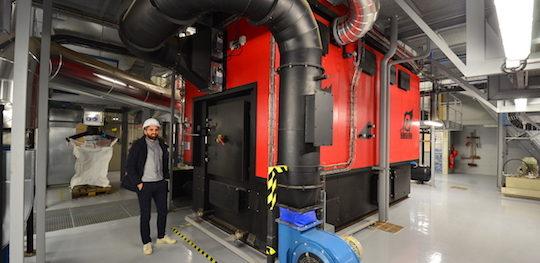 Maxime Augst, chef de projet chez EBM Thermique, devant la chaudière Agro de Compte R., photo Frédéric Douard