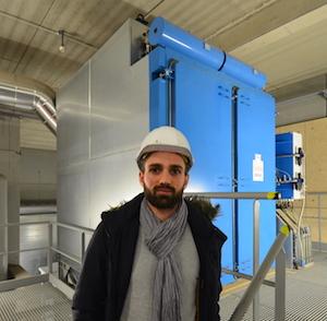 Maxime Augst, chef de projet chez EBM Thermique, devant le filtre à manches Tecfidis, photo Frédéric Douard
