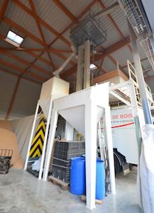 Poste de criblage et chargement des granulés dans l'entrepôt Guillemeau d'Avallon, photo Frédéric Douard