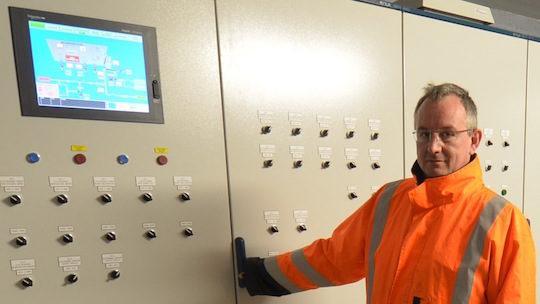 Claude Pruvot, responsable du secteur Energie chez AES Dana, dans le poste de commandes de Métha Ternois, photo Frédéric Douard
