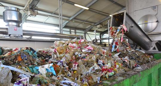La sortie des emballages des produits déconditionnés chez Agrivalor, photo Frédéric Douard