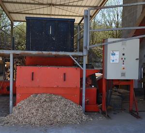 Le broyeur lent UNTHA permettant la préparation du combustible chez Emmaüs 52, avec déversement direct dans le silo de la chaufferie, photo Frédéric Douard