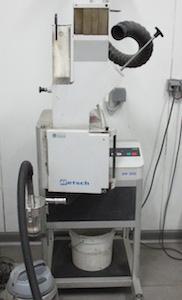 Broyeur SM 300 avec cyclone pour le broyage des échantillons de catégories après tri, photo Socor