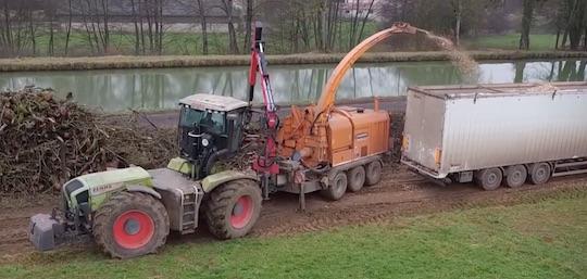 Chantier de déchiquetage de bois Sabelor avec Valormax DM80-120 et Xerion 3800