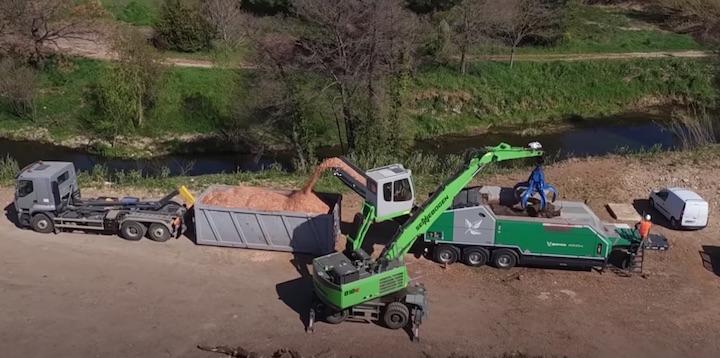 Déchiquetage de palmiers et autres bois du sud de la France à l'AXTOR 6010 EC