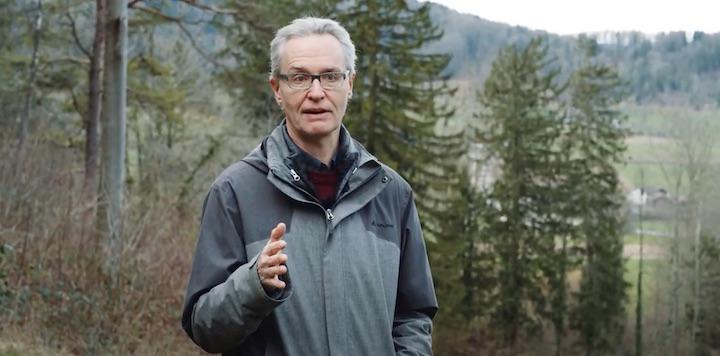 Le scientifique suisse Peter Brang explique l'utilité du chauffage au bois pour le climat
